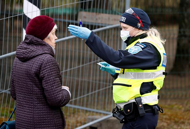 Эстонская пограничница в день введения запрета на въезд иностранцев 17 марта 2020 года