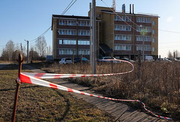 Оградительная лента у жилого дома на улице Есенина в поселке Елатьма, где произошло убийство