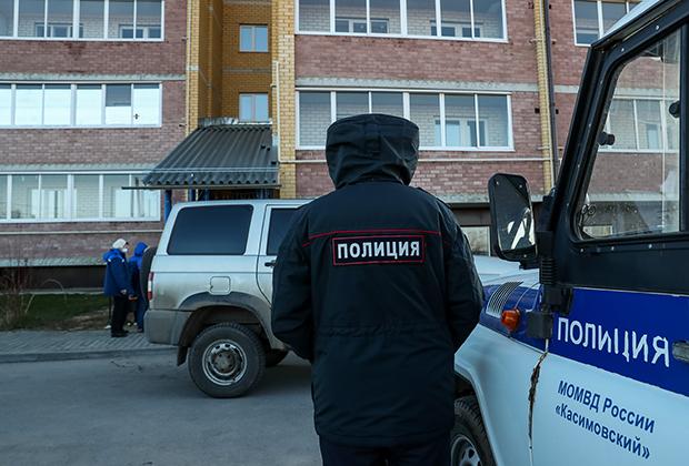 Сотрудник полиции у подъезда жилого дома на улице Есенина в поселке Елатьма Касимовского района, где произошло убийство