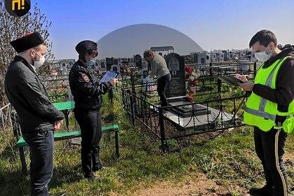 Вышедших на уборку могил россиян начали штрафовать за нарушение самоизоляции