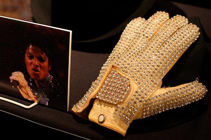 Перчатку Майкла Джексона продали за восемь миллионов рублей