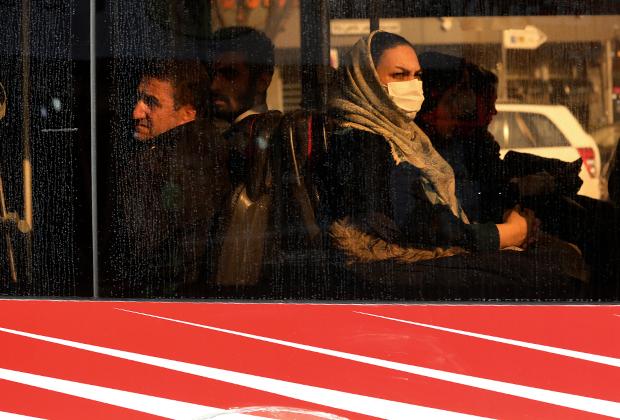 Женщина в маске в общественном транспорте Тегерана