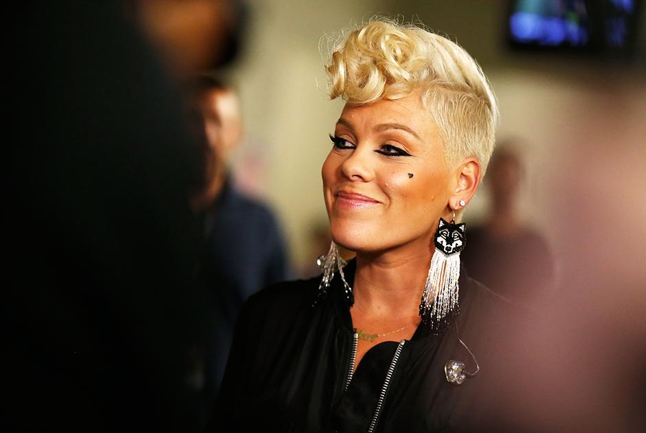 <p>Американская певица Pink рассказала о своей борьбе с коронавирусом уже после выздоровления. По ее словам, из четырех членов ее семьи симптомы почувствовали только двое — она и ее трехлетний сын Джеймсон. При этом, по словам исполнительницы, ребенку пришлось хуже всех. «Многие ночи я плакала, и я никогда так много не молилась в своей жизни. Забавно, в какой-то момент мне казалось, что они обещали, что наши дети будут в порядке. Это не гарантировано. Никто не защищен от этого», — поведала она.  <p>Артистка заявила, что у ее сына до сих пор, спустя три недели карантина, держится повышенная температура. Pink выделила по 500 тысяч долларов в фонды чрезвычайной помощи для борьбы с коронавирусом в Филадельфии и Лос-Анджелесе.