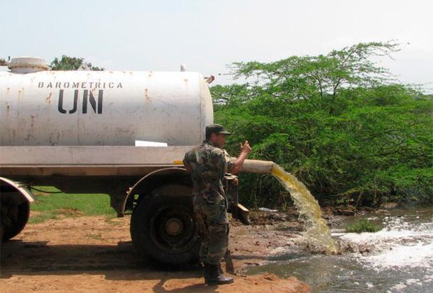 Слив нечистот в озеро в Гаити