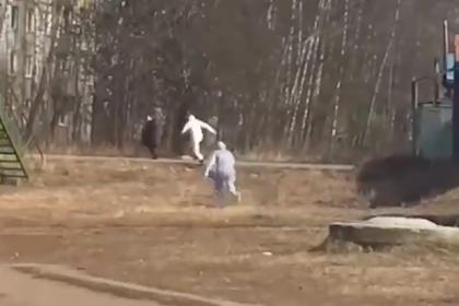 Погоня медиков в спецкостюмах за россиянином из-за коронавируса попала на видео