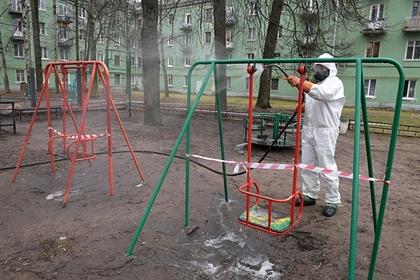 Россиянина оштрафовали за прогулку с ребенком на детской площадке