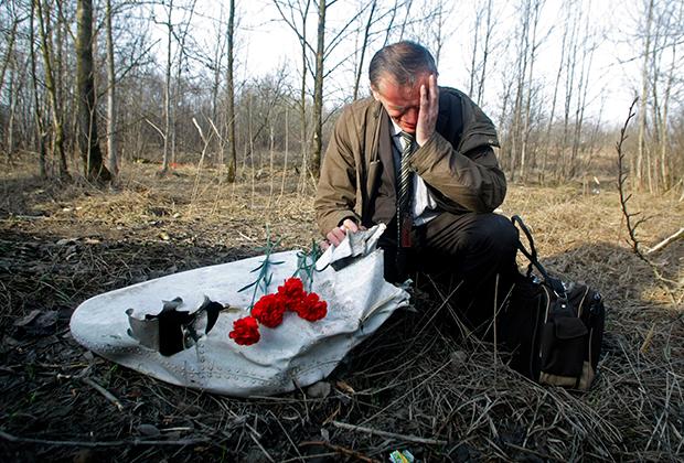 Поляк Ян Грушинский скорбит на месте катастрофы Ту-154М в Смоленске