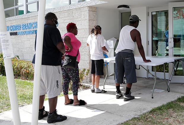 Люди ожидают помощи в получении пособий по безработице в Майами