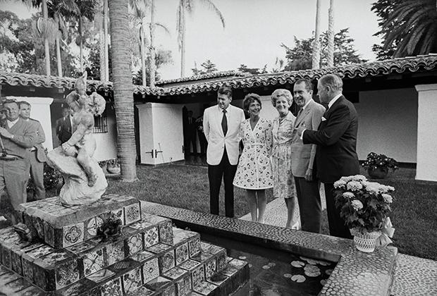 Никсон с женой Пэт демонстрируют коллегам — сенатору Калифорнии Джорджу Мерфи и губернатору штата Рональду Рейгану — сад у виллы La Casa Pacifica
