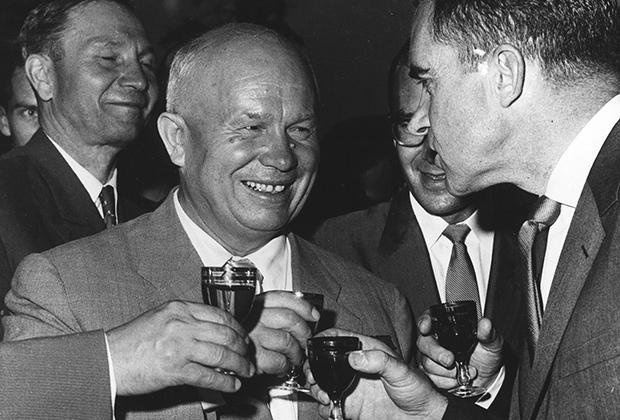 Ричард Никсон поднимает бокал вместе с Никитой Хрущевым, 1959 год