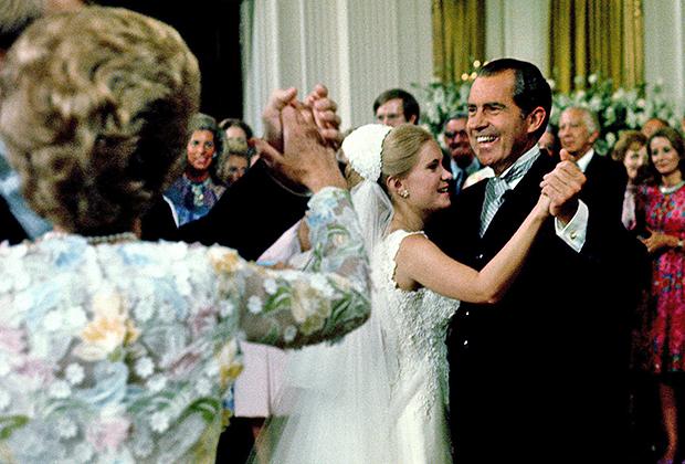 pic_dd417385497b7e33aadb9a243a28bc51 Ричард Никсон зочдоо хямдхан дарсаар дайлдаг харамч нэгэн хэрнээ бэлгэнд нүцгэн хүүхнүүд авах дуртай байжээ