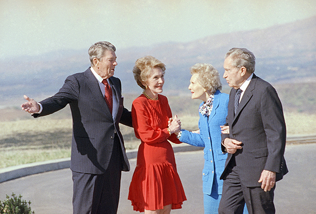 pic_b24f1a0dbb5ed30bc3ea0d3c3387e63a Ричард Никсон зочдоо хямдхан дарсаар дайлдаг харамч нэгэн хэрнээ бэлгэнд нүцгэн хүүхнүүд авах дуртай байжээ