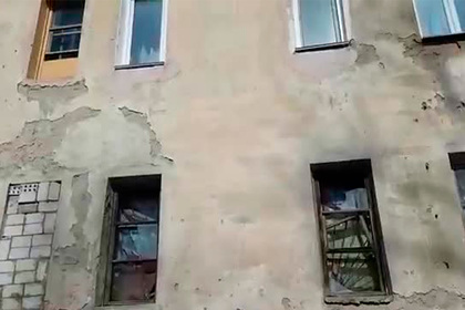 Дважды признанный аварийным дом разрушился на глазах россиян