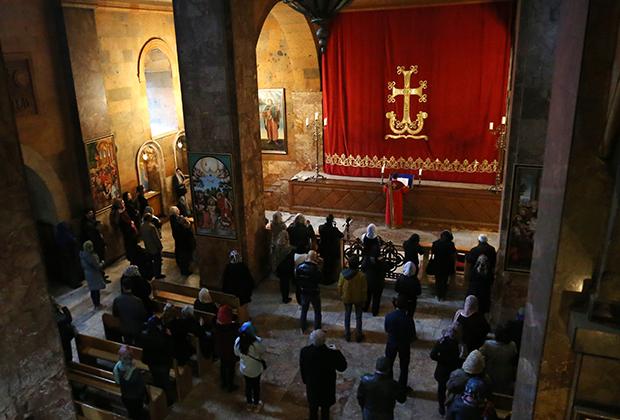 Служба в в церкви Сурб Саркис, Ереван