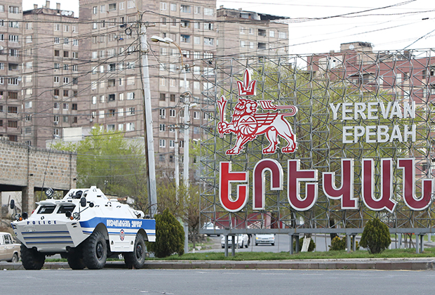 Ереван. БТР полиции на въезде в город