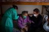 Из-за большого числа заразившихся испанским врачам все время приходится выбирать, кого спасти. В итоге большую часть мест в больницах отводят для молодых пациентов — у них больше шансов, а всех остальных отправляют домой.  <br></br> Среди последних оказалась и жительница Барселоны Фелисидад. Она недавно пережила инсульт, однако из-за эпидемии ей пришлось покинуть больничную койку буквально через день. Уже дома у нее появились симптомы респираторного заболевания. Сейчас за старушкой ухаживает ее сын Жоан.
