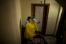 Однако сейчас медикам действительно может помочь не изоляция, а дополнительные средства защиты. Зачастую их приходится делать из того, что под рукой. <br></br> Медсестра Альба Родригес среди тех, кто собирает себе костюм из подручных материалов, в том числе мусорных мешков. «Я похожа на капусту со всеми этими слоями одежды», — шутит она. Альба жалуется, что подобные костюмы — единственный способ защитить себя и стариков, к которым она приходит.