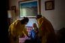 Если врачи и соцработники не могут прийти на помощь, пенсионерам остается надеяться на родных, которые могут принести продуктов или просто скрасить одиночество. Однако и здесь может вмешаться эпидемия.  <br></br> Так своего единственного помощника лишилась 91-летняя Глория Гарсия. У ее сына, 61-летнего Гонсало, обнаружили коронавирус. Его выписали из больницы после улучшения состояния, но через несколько дней ему стало хуже.  <br></br> «Я будто тону, тону, не могу дышать», — хрипло шепчет он приехавшим врачам. В итоге Гонсало вновь забрали в больницу, а его мать осталась одна.