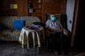Докторам нередко приходится идти на дополнительные риски и посещать стариков, потенциально зараженных коронавирусом. Среди них — 65-летний Винсенте Лопес. В настоящее время он находится на карантине, поскольку у его жены выявили COVID-19, она в больнице. Лопеса периодически посещает медик, а еду и предметы первой необходимости ему приносят соседи.