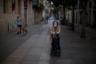 Общее число заражений коронавирусом в Испании продолжает увеличиваться, хотя ежедневные цифры то падают, то растут. Несмотря на то что у большинства людей симптомы умеренные, а число выздоровевших превысило 70 тысяч человек, тяжелые времена для испанцев еще не прошли. И речь не только о тех, кто лежит в больницах, но и о стариках: они все чаще остаются одни, без помощи и поддержки.