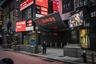 Из-за огромного количества зараженных город практически опустел. Даже знаменитую площадь Таймс-сквер, на которой нет живого места от туристов в любое время суток и при любых погодных условиях, теперь практически не узнать — настолько спокойной и безлюдной мир ее еще не видел.