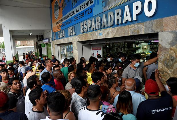 Толпы желающих купить маски и дезинфицирующие средства возле аптеки в Гуаякиле 29 февраля 2020 года — после первого подтвержденного случая заражения