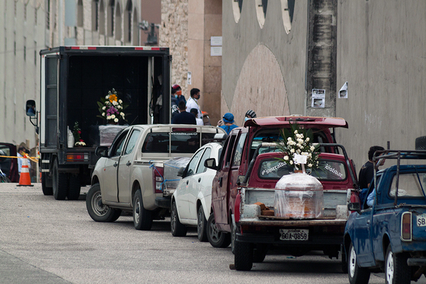 GUAYAQUIL, ECUADOR - APRIL 08: In the north of Guayaquil, people with vehicles continue to make long lines waiting to bury their deceased relatives on April 8, 2020 in Guayaquil, Ecuador. According to official information provided by WHO, Ecuador has over 4,000 confirmed cases and 242 deaths of COVID-19, making it one of the worst-hit countries per capita in the region. Local authorities said that figures are likely to be much higher as most people are not being tested or diagnosed. Dead bodies remain the streets as morgues and hospitals are overcrowded. The port city of Guayaquil and its surroundings, with 4 million inhabitants, has two thirds of the cases of COVID-19 of the country. (Photo by Eduardo Maquilón/Getty Images )