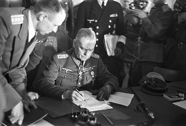Бывший начальник Верховного главнокомандования вермахта Вильгельм Кейтель подписывает Акт о безоговорочной капитуляции германских вооруженных сил. 9 мая 1945 года