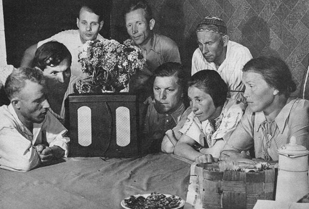 Члены колхоза «Путь Ильича» слушают сообщение Совинформбюро о подписании соглашения между правительствами СССР и Великобритании о совместных действиях в войне против Германии. Июль 1941 года