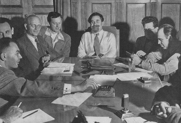 Заместитель начальника Совинформбюро и заместитель наркома иностранных дел Соломон Лозовский (в центре) на пресс-конференции для иностранных журналистов, аккредитованных в Москве. Июль 1941 года