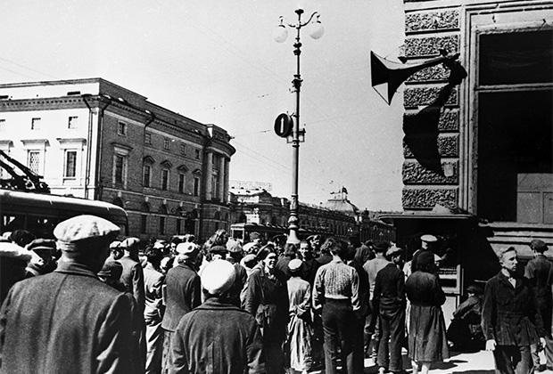 Ленинградцы на проспекте 25-го Октября слушают по радио сообщение Совинформбюро. Ленинград, 27 июня 1941 года