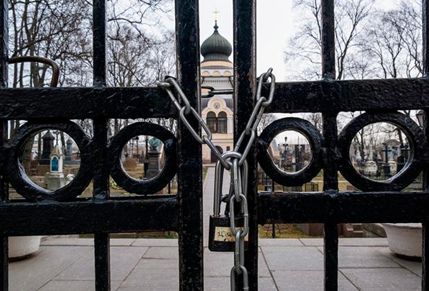 Замок на воротах кладбища в Александро-Невской лавре, закрытого в связи с угрозой распространения коронавирусной инфекции, Санкт-Петербург