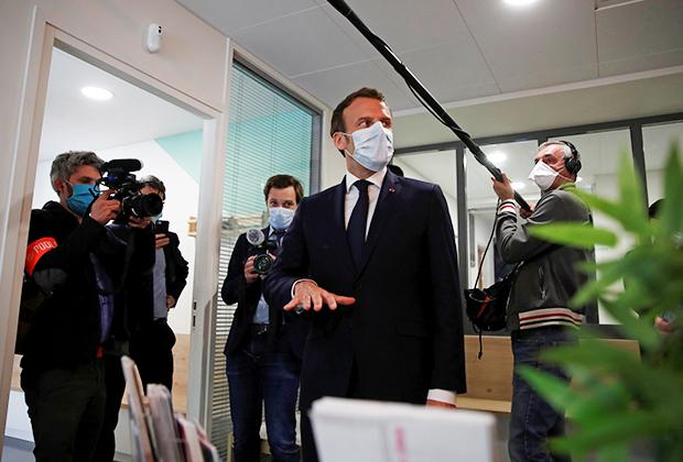 Эммануэль Макрон в медицинском центре в Париже
