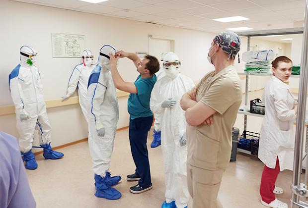 Инструкторы контролируют, правильно ли медицинские работники надевают СИЗы