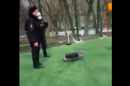 Полицейский напомнил россиянину о дистанции при коронавирусе с пистолетом в руке