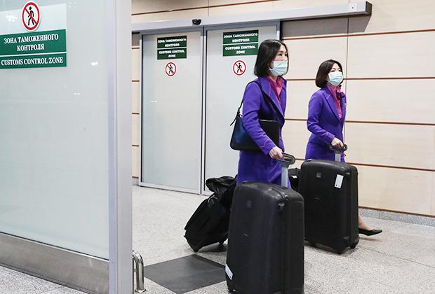 Члены экипажа в зоне прибытия аэропорта Домодедово