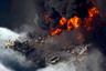 """Ситуация на Deepwater Horizon стремительно ухудшалась. После длившегося больше суток пожара 22 апреля она затонула, что привело к повреждению трубопровода, по которому нефть перетекала с морского дна на борт платформы. В результате сырье из скважины начало выплескиваться прямо в море, процесс не удавалось остановить на протяжении 86 дней. <br></br> За неполные три месяца в океан <a href=""""https://tass.ru/plus-one/5369366"""" target=""""_blank"""">выплеснулось</a> 5 миллионов баррелей нефти. Собрать удалось только чуть больше 15 процентов разлившегося сырья, а сжечь на воде — 4,5-6,3 процента. Катастрофа загрязнила более двух тысяч километров береговой линии США, следы нефти <a href=""""https://www.theguardian.com/us-news/2020/apr/18/gulf-coast-deepwater-horizon-oil-industry-louisiana"""" target=""""_blank"""">обнаруживались</a> на американском побережье от Техаса до Флориды."""