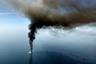 """Изучение обстоятельств катастрофы показало, что ее виновником была компания BP и ее партнеры — американская фирма Halliburton, цементировавшая скважину на глубине, и швейцарская компания Transocean, владевшая нефтяной платформой. Специальная <a href=""""https://www.vedomosti.ru/business/news/2011/01/06/komissiya_prezidenta_ssha_razliv_nefti_mozhet_povtoritsya"""" target=""""_blank"""">комиссия Белого дома</a> для расследования катастрофы, <a href=""""https://www.interfax.ru/business/207949"""" target=""""_blank"""">Бюро</a> по управлению, регулированию и охране океанских энергоресурсов и Береговая охрана США назвали причиной аварии стремление BP сократить издержки на разработку «Макондо». Они установили, что руководство компании поощряло специалистов за экономию средств щедрее, чем за строгое соблюдение правил безопасности. В результате инженеры BP регулярно пренебрегали последними. <br></br> В ходе расследования также <a href=""""https://www.interfax.ru/business/207949"""" target=""""_blank"""">стало ясно</a>, что BP не информировала работников на скважине обо всех рисках ее разработки; работающие удаленно инженеры не всегда имели полную картину происходящего на платформе. Это приводило к систематическим ошибкам, которые накладывались одна на другую. К ним относятся выбор неудачной конструкции скважины, не предусматривавшей достаточного количества барьеров для сдерживания фонтана нефти и газа, и недостаточная герметизация «Макондо», что в конечном счете и привело к аварии."""