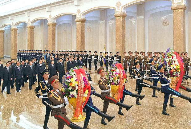 Чиновники на 108-летии со дня рождения основателя Северной Кореи Ким Ир Сена