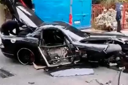 В России машина за 12 миллионов рублей врезалась в дерево и попала на видео