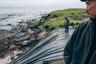 Натан Том и его пятилетний сын Тайсон гуляют вдоль линии побережья, которая подвергается быстрой эрозии. Их деревня Ньюток каждый год теряет 30 метров прибрежной земли. Дом Натана вскоре разрушит эрозия. Ньюток — одно из многих мест на Аляске, которым грозит изменение климата. Таяние вечной мерзлоты, регулярные наводнения и эрозия побережья вынуждают жителей деревни переселяться в деревню Мертавик. Согласно оценкам, каждые десять лет примерно треть площади поселения становится непригодной для жизни.