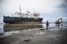 64-летний судовой инженер Семеси Макрава (Semesi Makrava) стоит перед пассажирским судном «Дух альтруизма» (Spirit of Altruism), который сел на мель рядом с Натови (Фиджи) вечером 20 марта 2016 года. Экипаж потерял управление судном из-за сильного ветра, вызванного тропическим циклоном «Уинстон».   «Мы были в море, когда циклон ударил по судну. Когда мы поняли, что ветер уводит нас к берегу, нам удалось направить судно к отмели и избежать столкновения со скалами. Сейчас мы пытаемся вытащить его из песка и отбуксировать его в море».  20 и 21 февраля мощный тропический циклон пятой категории ударил по Фиджи, разрушив инфраструктуру и жилые дома. Стихия унесла жизни 43 человек, всего пострадали 347 тысяч человек, что составляет 40 процентов населения Фиджи.