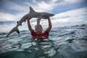 Восьмилетний Хету из Токелау поднимает акулу, пойманную местными рыбаками. Токелау является территорией, находящейся под управлением Новой Зеландии, и представляет собой клочок суши, окруженной океаном. За последние два десятилетия она оказалась чрезвычайно уязвимой к изменению климата и повышению уровня моря.
