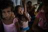 Дети из деревни Канацеа на острове Тавеуни (Фиджи) вместе с родителями ждут поставки продовольствия. Большая часть домов в их деревне полностью разрушена циклоном «Уинстон». Многие жители укрылись в эвакуационных центрах или спали под открытым небом.
