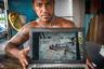 35-летний Нелли Сениола, специалист по надзору в рыболовном отделе Тувалу (Полинезия), показывает на своем ноутбуке фотографию трупа, вымытого с кладбища штормовым нагоном. По словам Нелли, вокруг плавает много трупов, черепов и костей. Свиньи и куры начали есть мертвые тела, поэтому было отдано распоряжение из столицы, что нужно убивать этих животных из-за риска распространения заразы.    «Я также посетил остров Ниуэ в Полинезии, где уровень земли намного выше уровня моря. Некоторые жители Тувалу, еще одного океанического государства, которое постепенно погружается под воду, были переселены на Ниуэ. В недавние годы многие жители Ниуэ эмигрировали в Новую Зеландию в поисках работы, поэтому власти решили предоставить тувалуанцам дома в частично заброшенных поселениях»