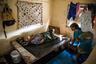 70-летний Джорланг Джорланг прикован к постели, а его жена Тита заканчивает вешать белье. В апреле 2014 года «королевский прилив» обрушился на их дом в деревне Дженрок на Маршалловых островах, и внутрь жилища проникла морская вода. Почти все члены семьи эвакуировались, но Джорланг не мог двигаться из-за инвалидности. Его жена оставалась с ним два дня, пока вода не ушла.