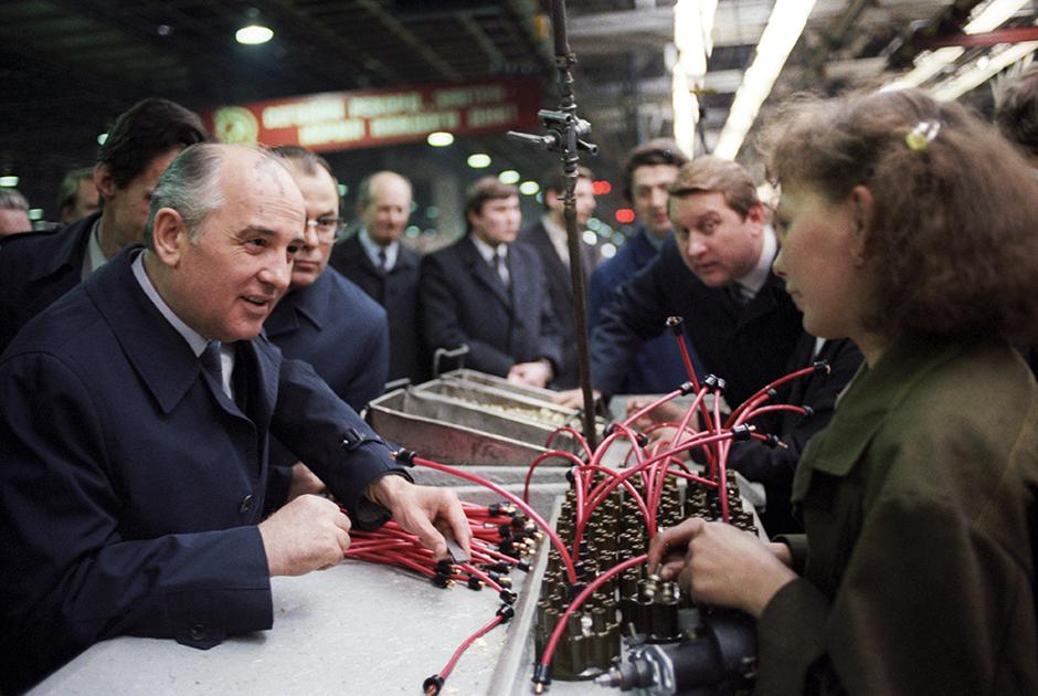 Генеральный секретарь ЦК КПСС Михаил Горбачев во время посещения завода имени А.И. Лихачева.