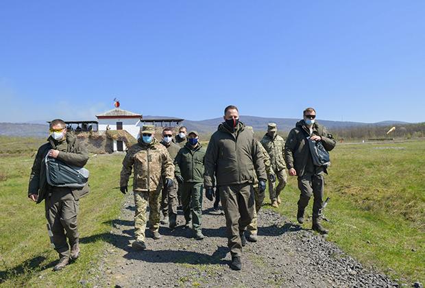 Глава офиса президента Украины Андрей Ермак (в центре)