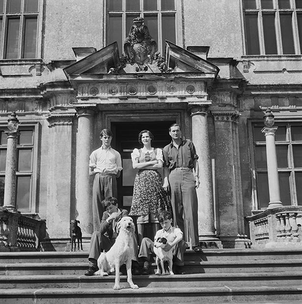 17-летний Александр Тинн (слева), его мать Дафна Филдинг (в центре), отец Генри Тинн (справа), братья Валентин и Кристофер и собаки Пуддл, Спайдер и Дэниэль, 1949 год