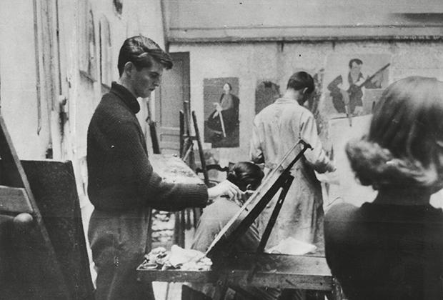 Александр Тинн в своей парижской студии, 1956 год